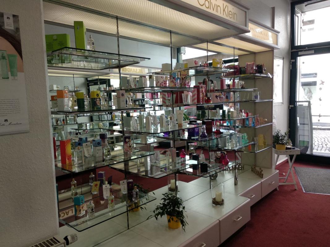 blick in ein Parfümregal am eingang_Parfümerie DeinDuft Zittau.